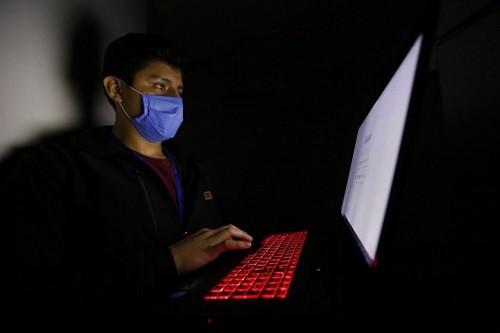 Uso excesivo de pantallas en ambientes oscuros puede causar daños en la piel