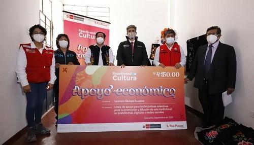 Ministro Alejandro Neyra entrega primer apoyo económico a trabajadores de la cultura en la región Ayacucho