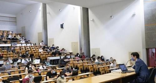 Médicos franceses proponen que jóvenes que cursan estudios superiores sean vacunados contra la Covid-19 lo antes posible