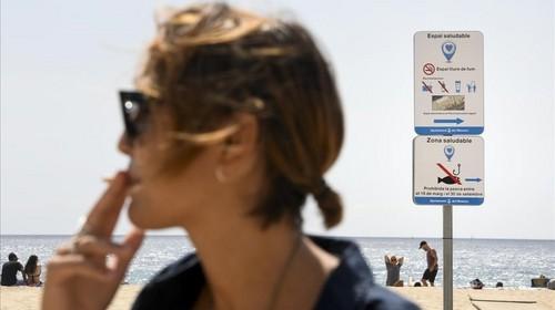 Barcelona prohibirá fumar en cuatro de sus playas más emblemáticas en los meses de verano de este año