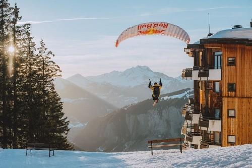 ¿1 paracaídas? ¿Esquíes? Solo puede ser la superestrella Valentin Delluc