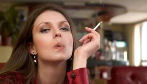 OMS revela que mujeres consumen más tabaco