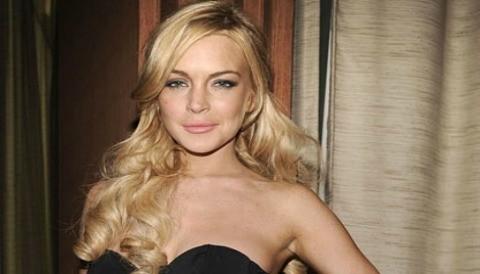 Lindsay Lohan copia el estilo de Miley Cyrus y sale sin sostén