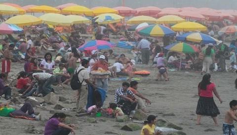 Limeños fueron hoy a las playas pese a la neblina