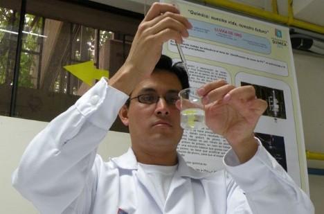 Interesantes experimentos con elementos caseros en Expoquímica de la UNI