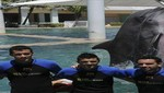 Futbolistas del FC Barcelona juegan con delfines