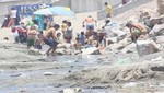 Playa Agua Dulce: Niños nadan y juegan en poza con basura y orines