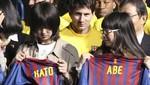 El Barça regala camisetas a niños en Japón