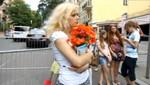 [VIDEO] Eurocopa 2012: Aficionada esperó 8 horas a Xavi para entregarle ramo de rosas