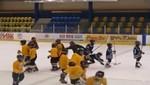 [VIDEO] Entrenador de hockey pone zancadilla a niño del equipo rival