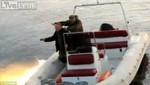 [VIDEO] Intentaban pescar con granadas y casi hunden su bote