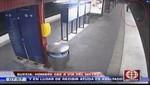 Hombre es asaltado en vez de ser ayudado tras caer a las vías del tren [VIDEO]