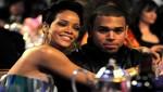 Padre de Rihanna quiere que vuelva con Chris Brown