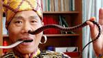 Hombre se introduce serpientes de un metro por su nariz