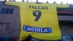 Radamel Falcao fue sorprendido por hinchas colombianos con una camiseta gigante
