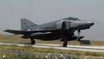 Turquía coloca dos cazas en frontera con Siria