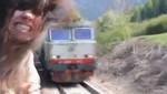 Mujer estuvo a una pelo de ser decapitada por un tren [VIDEO]