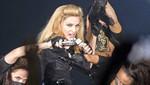Madonna sufre aparatosa caída por culpa de un fan [VIDEO]