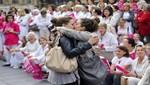 Dos chicas se besan en medio de una manifestación contra el matrimonio gay [VIDEO]