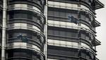 Humanos voladores visitan torres icónicas de la ciudad de Kuala Lumpur