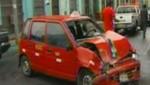 Dos ancianos resultan heridos tras el choque de un taxi con otro vehículo [VIDEO]