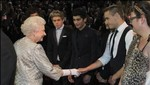 One Direction: Mira la genial presentación de la banda para la Reina de Inglaterra [VIDEO]