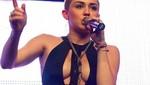 Miley Cyrus deja ver parte de sus pechos con atrevido escote