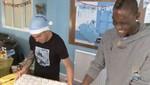 Carlos Tévez le enseñó a MarBalotelli a envolver un regalo de Navidad [VIDEO]