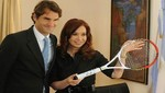Roger Federer regaló una raqueta a Cristina Fernández