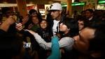 Paolo Guerrero llegó a Lima y fue recibido por la hinchada peruana