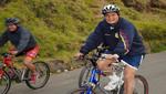 Rafael Correa hace campaña en bicicleta Ver (Video)