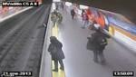 Rescate desesperado de un policía cuando mujer cae a las vías del tren [VIDEO]