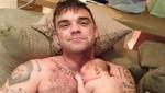 Robbie Williams le canta a su hija y la hace vomitar