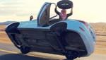 Un hombre cambia la llanta de un auto poniéndolo de lado [VIDEO]