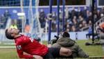 Van Persie se lesiona al tropezar con un camarógrafo