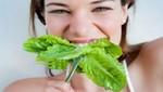 Mujeres que consumen más verduras verdes reducen el síndrome premenstrual