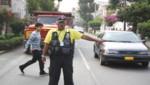 Serenos de San Miguel dirigen el tránsito en calles con alta congestión vehicular que carecen de Policías de Tránsito.