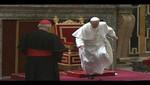 El Papa Francisco casi sufre una caída [VIDEO]