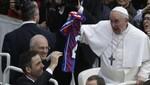 Papa Francisco se emocionó por camiseta de San Lorenzo