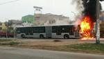 Bus del Metropolitano se incendia en Comas