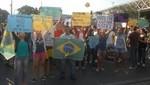 Miles de personas marchan en Rio de Janiero en dirección al Estadio Maracaná