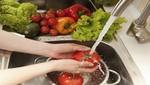Manipular los alimentos de forma segura es clave para evitar intoxicaciones por cena navideña