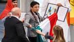 Joven mexicano ondea bandera de su país en ceremonia de entrega del Nobel de la Paz