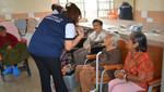 Ancianos son vacunados contra la influenza en Trujillo