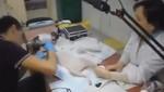 Sujeto hace tatuaje en el pecho de su gato (video)