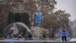 Activistas de Greenpeace caracterizan de pescadero a Neptuno para exigir el correcto etiquetado de pescado
