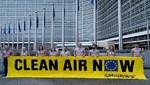Activistas de Greenpeace enseñan sus pulmones para pedir aire limpio