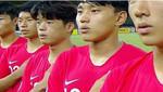El combinado surcoreano sub-19 de fútbol escucha el himno norcoreano antes del partido ante Jordania