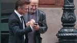 Sean Penn pide cigarrillo en la calle