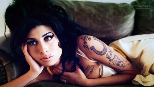Amy Winehouse logra su cometido: muere de sobredosis